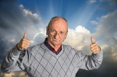 Homme supérieur avec des verres appréciant l'extérieur avec le ciel nuageux Photo stock