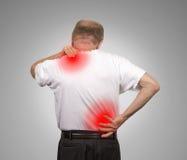 Homme supérieur avec douleurs de dos inférieures et supérieures Image stock
