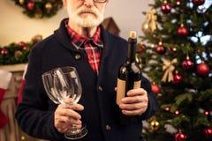 Homme supérieur avec du vin Photos stock