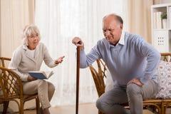Homme supérieur avec l'arthrite de genou Image libre de droits
