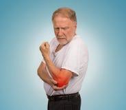 Homme supérieur avec l'inflammation rouge de coude souffrant de la douleur Photos libres de droits