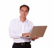 Homme supérieur avec l'ordinateur portable vous regardant Image libre de droits