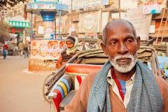 Homme supérieur avec la barbe blanche se tenant sur la rue passante de la ville indienne de Varanasi Photos libres de droits