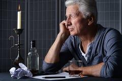 Homme supérieur avec la bouteille d'alcool Images libres de droits