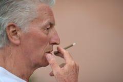 Homme supérieur avec la cigarette Photos libres de droits