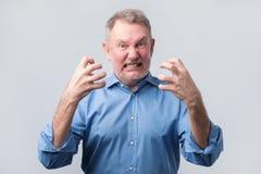 Homme supérieur avec la crise nerveuse Il est dans la fureur images stock
