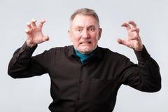 Homme supérieur avec la crise nerveuse Il est dans la fureur photos stock