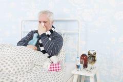 Homme supérieur avec la grippe photos stock