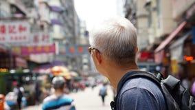 Homme supérieur avec la scène urbaine d'architecture de Hong Kong Photos stock