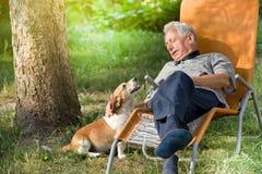 Homme supérieur avec le chien Photo libre de droits