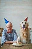 Homme supérieur avec le chien Image stock