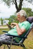 Homme supérieur avec le comprimé numérique Photo libre de droits