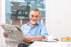 Homme supérieur avec le journal photos libres de droits