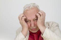 Homme supérieur avec le mal de tête fort Photographie stock libre de droits