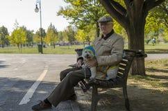 Homme supérieur avec le petit chien Photos stock