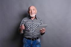 Homme supérieur avec le portrait numérique de comprimé Images libres de droits