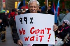 Homme supérieur avec le signe de 99% chez Occupy Wall Street Photographie stock libre de droits