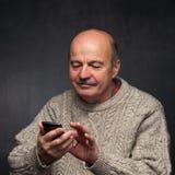 homme supérieur avec le téléphone Visage heureux de vieux type Images libres de droits