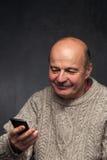 homme supérieur avec le téléphone Visage heureux de vieux type Photo libre de droits