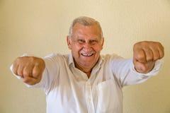 Homme supérieur avec les poings augmentés Photos stock