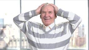 Homme supérieur avec plaisir heureux, fond brouillé banque de vidéos