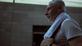 Homme supérieur avec plaisir marchant après la formation de sport banque de vidéos