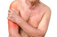 Homme supérieur ayant la douleur d'épaule, photo monochrome avec le rouge comme s Images stock
