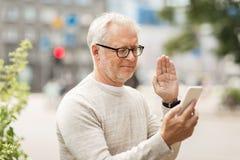 Homme supérieur ayant le faire appel visuel au smartphone dans la ville Photographie stock libre de droits