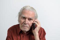 Homme supérieur ayant un faire appel au téléphone portable Photos stock