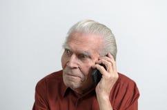 Homme supérieur ayant un faire appel au téléphone portable Photographie stock