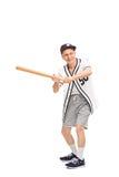 Homme supérieur balançant une batte de baseball Photo libre de droits