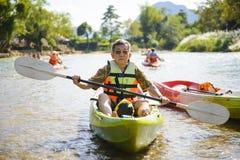 Homme supérieur barbotant le kayak Photo stock