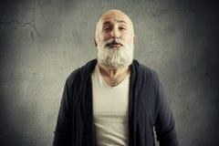 Homme supérieur barbu faisant le baiser d'air Photographie stock libre de droits