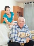 Homme supérieur bouleversé avec l'épouse à la maison Photo libre de droits