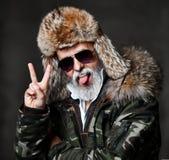 Homme supérieur brutal de millionnaire dans la veste militaire de bas de chemise de chapeau blanc d'hiver et la victoire d'exposi images libres de droits
