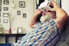 Homme supérieur choqué par ce qu'il voit dans la réalité virtuelle Photos libres de droits