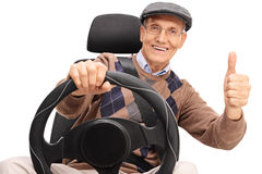 Homme supérieur conduisant et renonçant à un pouce Photographie stock libre de droits