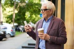 Homme supérieur contemporain avec Smartphone Images stock