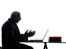Homme supérieur d'affaires calculant la silhouette étonnée Images stock