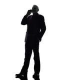 Homme supérieur d'affaires sur la silhouette de sourire de téléphone Photos libres de droits