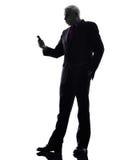 Homme supérieur d'affaires sur la silhouette fâchée de téléphone Image libre de droits