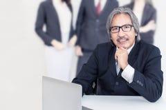 Homme supérieur d'affaires vieil sérieux dans le bureau Il semblant souriant images stock