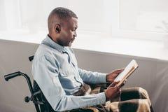 homme supérieur d'afro-américain dans le fauteuil roulant photos stock