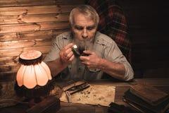 Homme supérieur dans l'intérieur en bois Image stock
