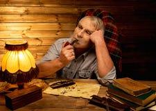 Homme supérieur dans l'intérieur en bois Photos stock