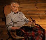 Homme supérieur dans l'intérieur en bois Photographie stock libre de droits