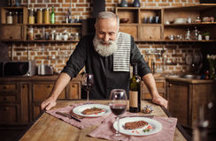 Homme supérieur dans la cuisine Image libre de droits