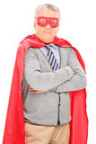 Homme supérieur dans la pose de costume de super héros Photographie stock libre de droits