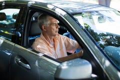 Homme supérieur dans la voiture Image libre de droits