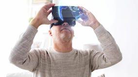 Homme supérieur dans le casque de vr avec la projection de la terre banque de vidéos